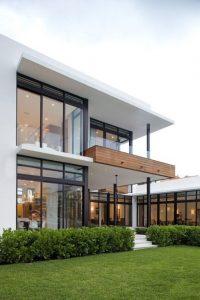 Rumah dengan Aksen Kayu dan Kaca