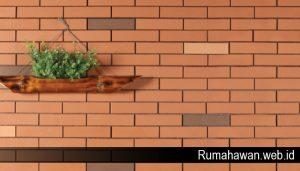 Kesan Klasik pada Rumah Lewat Tumpukan Batu Bata Unik Multifungsi