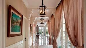 Tirai-Tembus-Cahaya-Bernuansa-Cokelat-di-Koridor